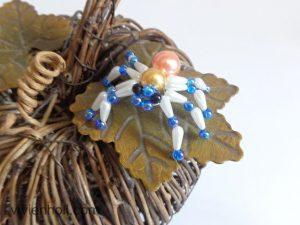 Kék-fehér-sárgás pók